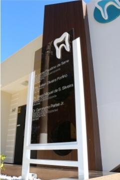 Totem Tubular com Vidro Temperado e Letras Caixa - Odontologia Clínica - Jaboti PR
